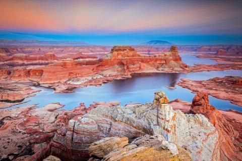 Durante la puesta de sol, los tonos azules realzan los colores anaranjados brillantes de la formación rocosa.