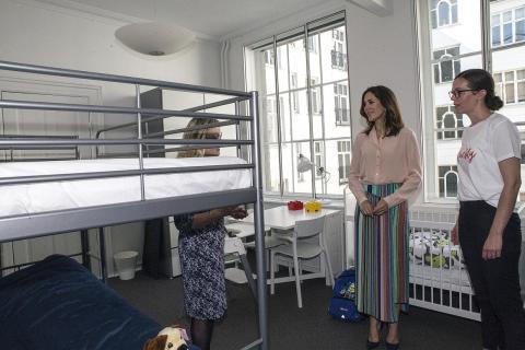 La princesa heredera María de Dinamarca visita un centro de atención para mujeres en Copenhague.