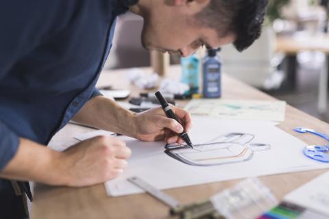 Un diseñador gráfico trabaja en un boceto