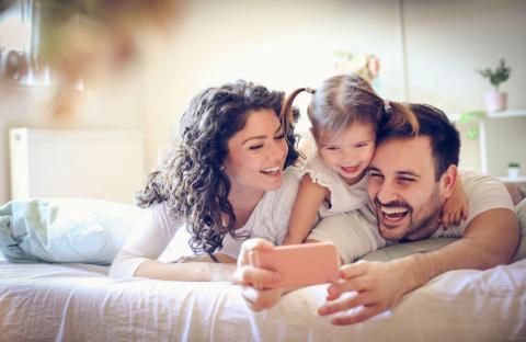 Dos padres con su hija.