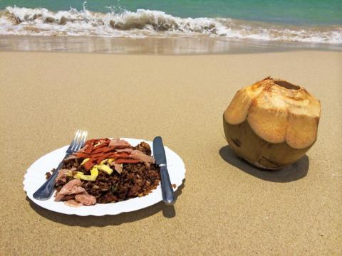 Comer el almuerzo en la playa.
