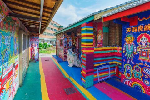 Incluso el suelo del pueblo es colorido.