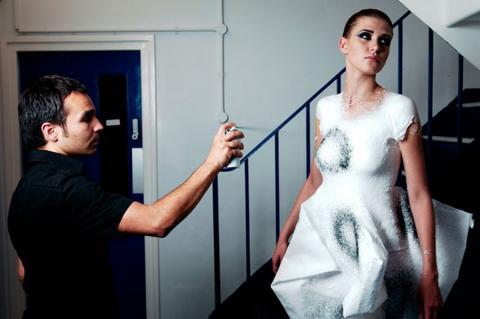 Fabrican, la ropa en spray para moldear tu propia moda