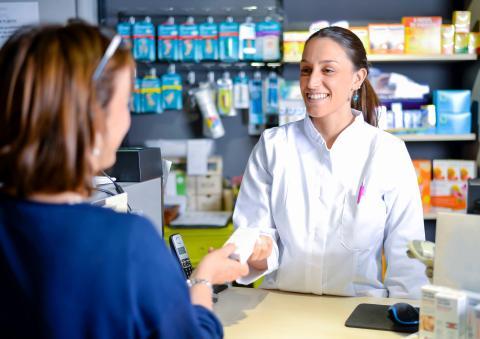Una farmacéutica atiende a una clienta
