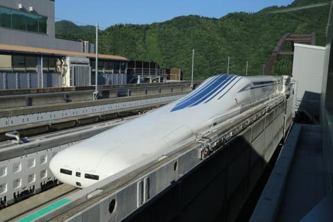 Un tren maglev de la serie L0 en un raíl de pruebas en la prefectura de Yamanashi (Japón).