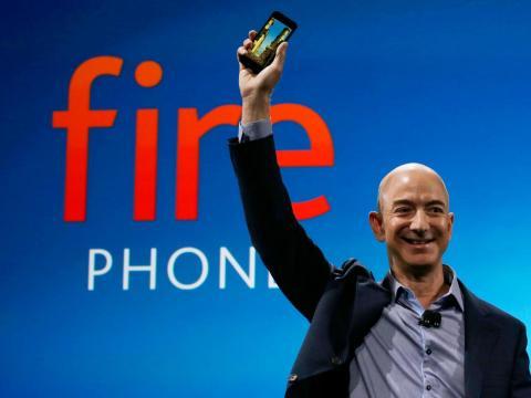 El CEO de Amazon, Jeff Bezos, anunció el teléfono Amazon Fire, y luego resultó ser un un fracaso.
