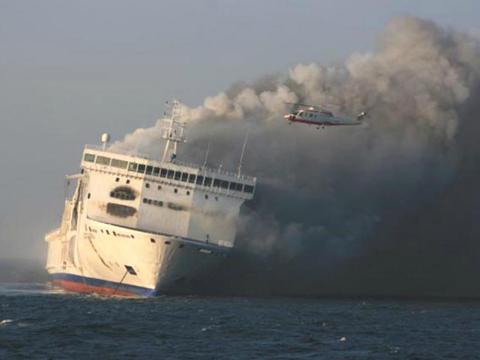 El transbordador lituano de pasajeros y automóviles Lisco Gloria se incendió en 2010.