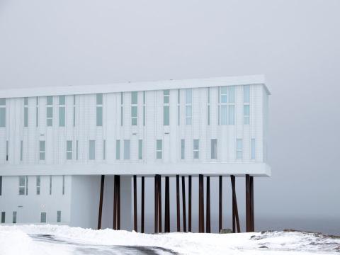 El hotel está rodeado de impresionantes vistas a los paisajes nevados.