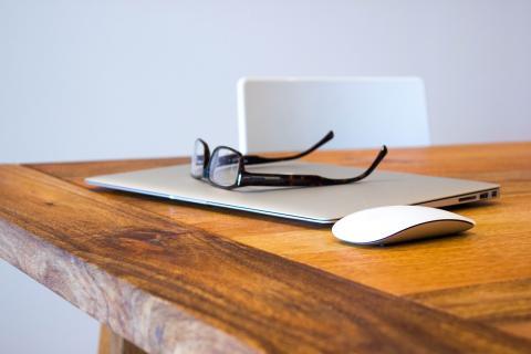 gafas encima de portátil