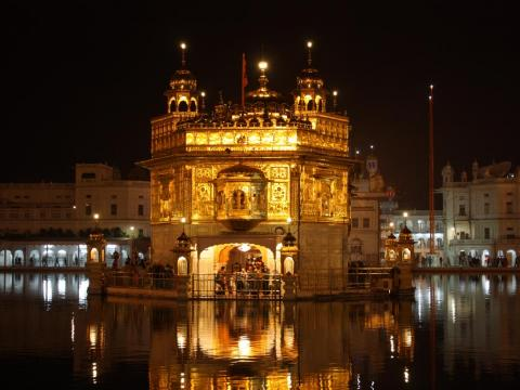 El Templo de Oro en Amritsar (India) es el centro de la Fe Sikh, y es majestuoso por la noche.