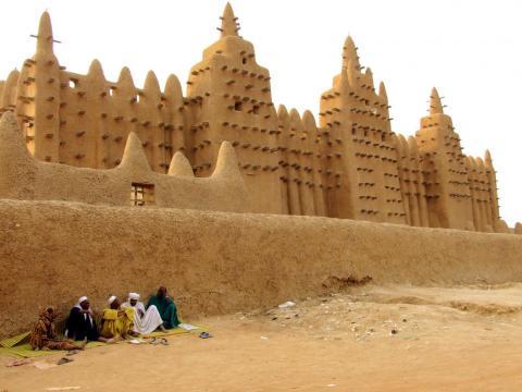 La Mezquita Mayor de Djenné, en Malí, es la estructura de barro más grande del mundo, con capacidad para 3.000 fieles.