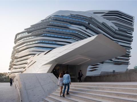 Con la Universidad Politécnica de Hong Kong, la difunta Zaha Hadid hizo lo que sólo ella podía hacer.