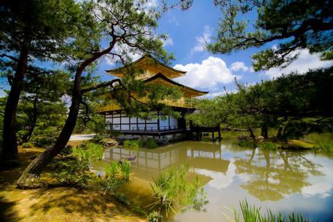 La integración en el entorno es uno de los ideales más antiguos de la arquitectura. La antigua capital japonesa, Kioto, cuenta con el impresionante Pabellón Dorado...