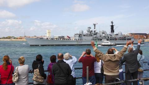 Un barco sale del puerto de Portsmouth en Inglaterra para patrullar las aguas alrededor de los territorios de Gran Bretaña en el Atlántico Sur.