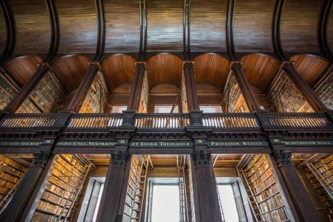 Cuenta con la biblioteca prototípica, cuya sección más impresionante se llama la Sala Larga.