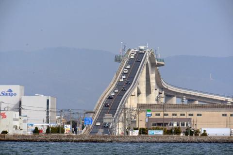 El Japan's Eshima Ohashi Bridge parece una montaña rusa.
