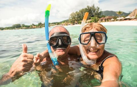 Jubilados de vacaciones en la playa.