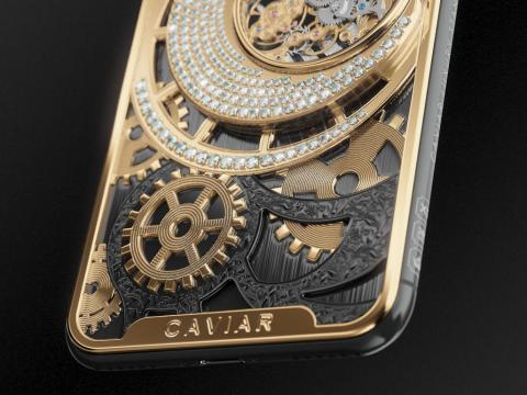 En la parte inferior de la trasera, hay un 'notch' chapado en oro que pone Caviar