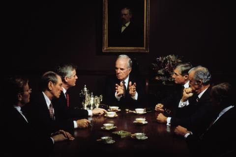 Una reunión de un comité de accionistas exclusivamente masculino