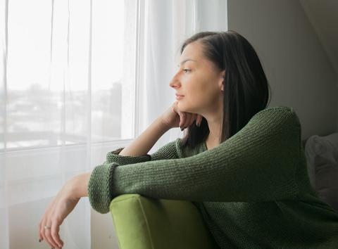Mirando por la ventana a través de cortinas