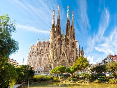 El arquitecto modernista Antoni Gaudí no vivió para ver terminada su Sagrada Familia, de hecho, todavía está en construcción. Según su sitio web, se espera que la construcción termine en 2026.
