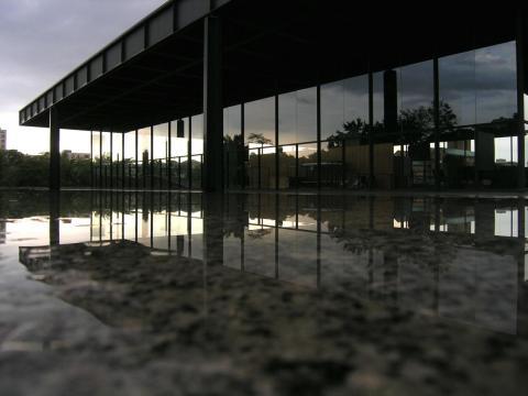 El maestro modernista Mies van der Rohe utilizó líneas minimalistas y espacios abiertos para crear edificios que parecen flotar en el aire como la Neue Nationalgalerie de Berlín, construida en los años sesenta.