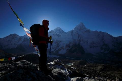 El Monte Everest está a más de 29.000 pies sobre el nivel del mar.