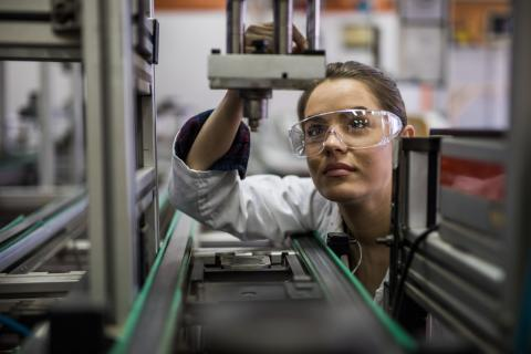 Una trabajadora de control de calidad en una fábrica