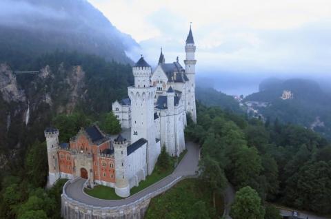 El castillo de Neuschwanstein, en el estado alemán de Baviera, inspiró a Walt Disney a crear el castillo de la Bella Durmiente. Es fácil saber por qué.