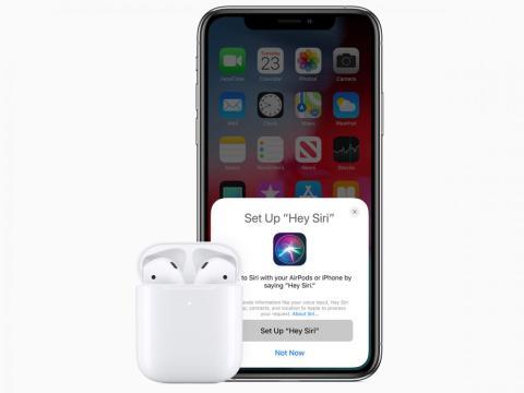"""Los nuevos AirPods tienen un mejor rendimiento, un """"50% más de tiempo de conversación"""", una mejor conectividad y Siri con manos libres"""