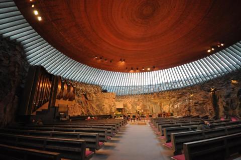 Pero no todos los edificios necesitan raspar el cielo. La iglesia de Temppeliaukio en Helsinki está construida en una roca subterránea y recibe mucha luz solar.