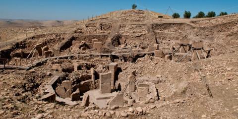El edificio más antiguo que conocemos es Göbekli Tepe, en la actual Turquía. Fue construido alrededor del año 9.500 a.C., los arqueólogos no están seguros de su función, pero probablemente era un sitio religioso.