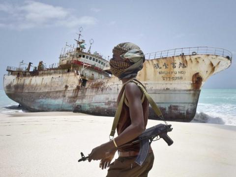 El pirata somalí enmascarado Abdi Ali pasa frente a un barco pesquero taiwanés que llegó a la costa el 23 de septiembre de 2012, luego de que los piratas recibieran el importe del rescate y liberaran a la tripulación.