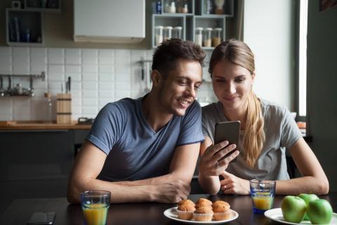 Una pareja viendo el móvil.