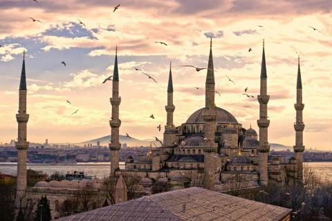 Quizás el único templo que puede igualar su grandeza es la Mezquita Azul de Estambul, construida a principios del siglo XVII en el apogeo del Imperio Otomano.