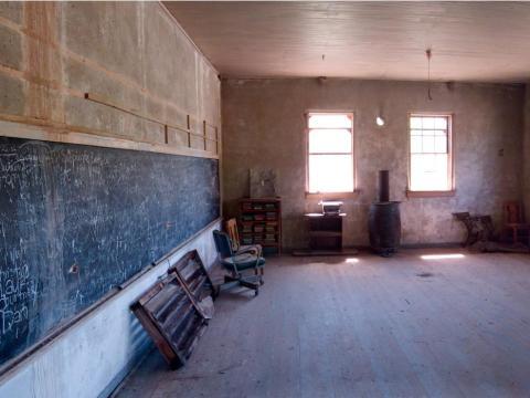 Una escuela permanece desierta después de ser abandonada en 1940.
