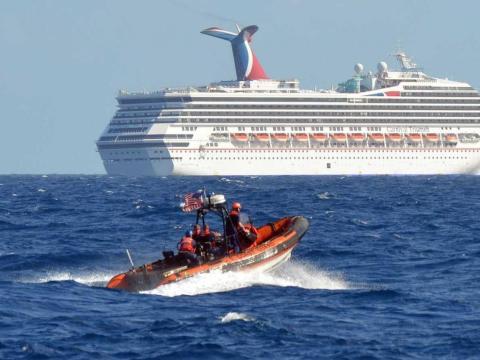 El barco tuvo que ser remolcado hasta la orilla.