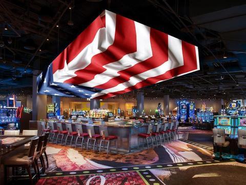 Una bandera estadounidense parece que está ondeando gracias a la pantalla LED