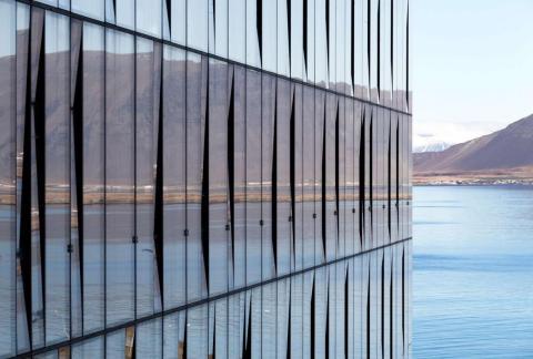 Algunos de los edificios más bellos se integran con su paisaje. El edificio Turninn en Reikiavik refleja la belleza salvaje de Islandia.