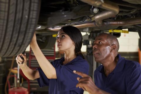 Mujer en un taller de mecánica.