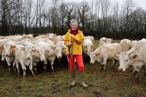 """Emilie Jeannin, de 37 años, ganadera con sus vacas Charolais en Beurizot, Francia: """"Una vez no pude evitar reírme cuando un asesor agrícola me preguntó dónde estaba el jefe, mientras yo estaba parada justo frente a él."""""""
