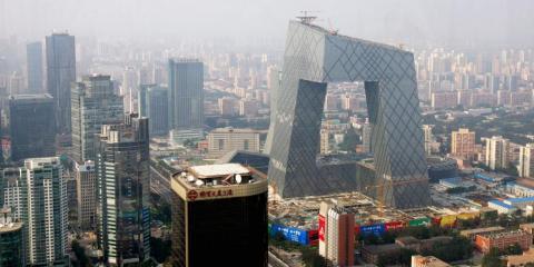"""Hoy en día, se está construyendo en Pekín una de las obras modernas más impresionantes del mundo. Se trata de la Torre de CCTV, conocida popularmente como """"Los Pantalones""""."""