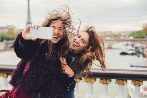 Dos chicas se hacen una fotografía con la Torre Eiffel de fondo