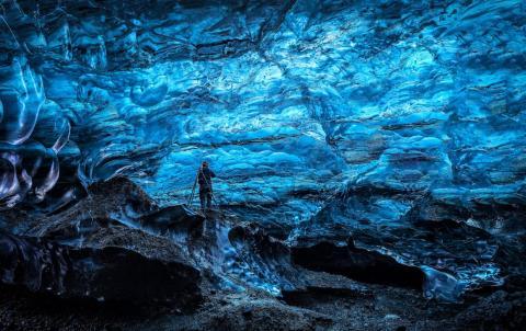 Una corriente de agua fuera del glaciar indica una apertura hacia una cueva de hielo.