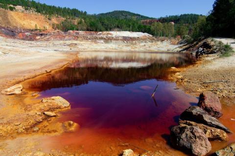 Como el río tiene altos niveles de acidez, no es una atracción turística.