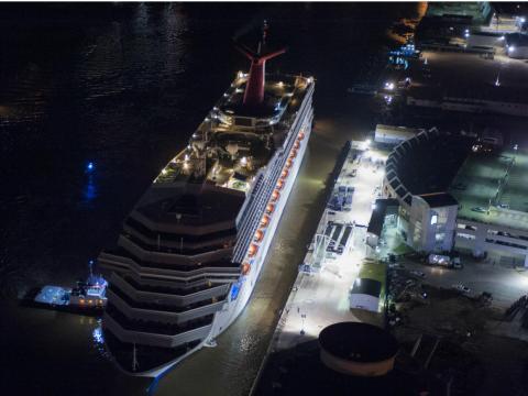 El 14 de febrero de 2013, el Carnival Triumph fue arrastrado al puerto por remolcadores en Mobile, Alabama.