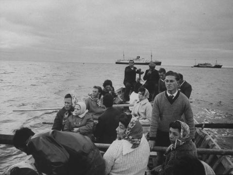 Aunque el gobierno del Reino Unido asumió que la evacuación sería permanente, los isleños votaron abrumadoramente a favor de regresar a la comunidad más aislada del mundo en 1962. La mayoría de las familias regresaron en 1963.