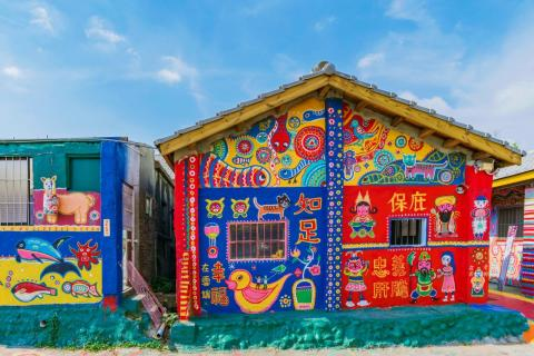 Los edificios en Rainbow Village están pintados con tonalidades rojas, azules y amarillas.