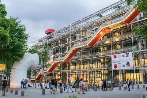 El Centro Pompidou de París es una obra maestra postmoderna: muestra alegremente las entrañas del edificio.