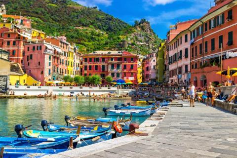 Vernazza está lleno de casas coloridas.